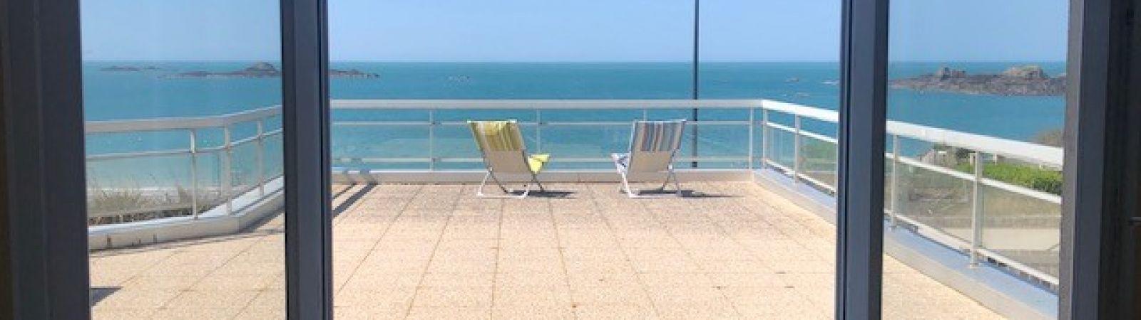 photo 1: Appartement offrant une splendide vue panoramique sur la mer