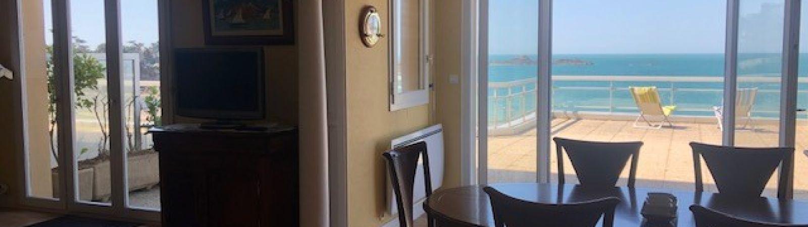 photo 2: Appartement offrant une splendide vue panoramique sur la mer